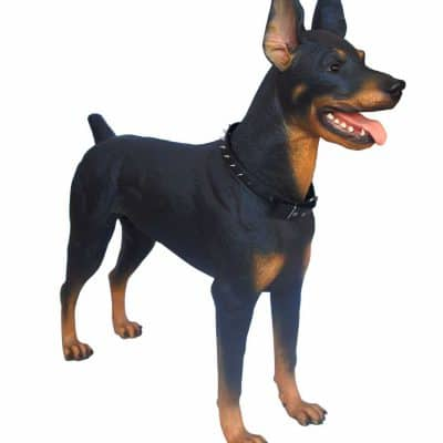 פסל של כלב דוברמן