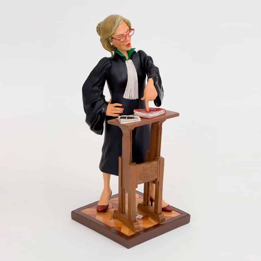 פסל של עורכת דין
