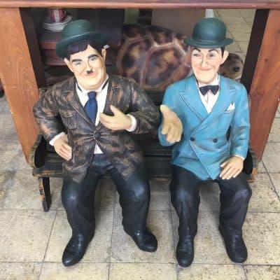 פסל של לורל והארדי על ספסל