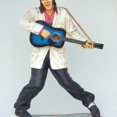 אלביס מנגן בגיטרה