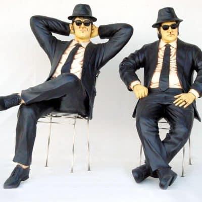 פסל האחים בלוז יושבים