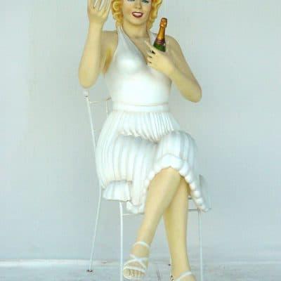 מרלין מונרו על כסא