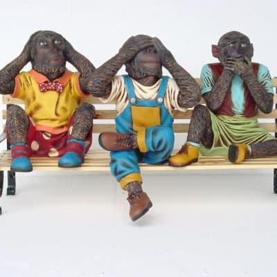 פסל של שלושת הקופים על ספסל