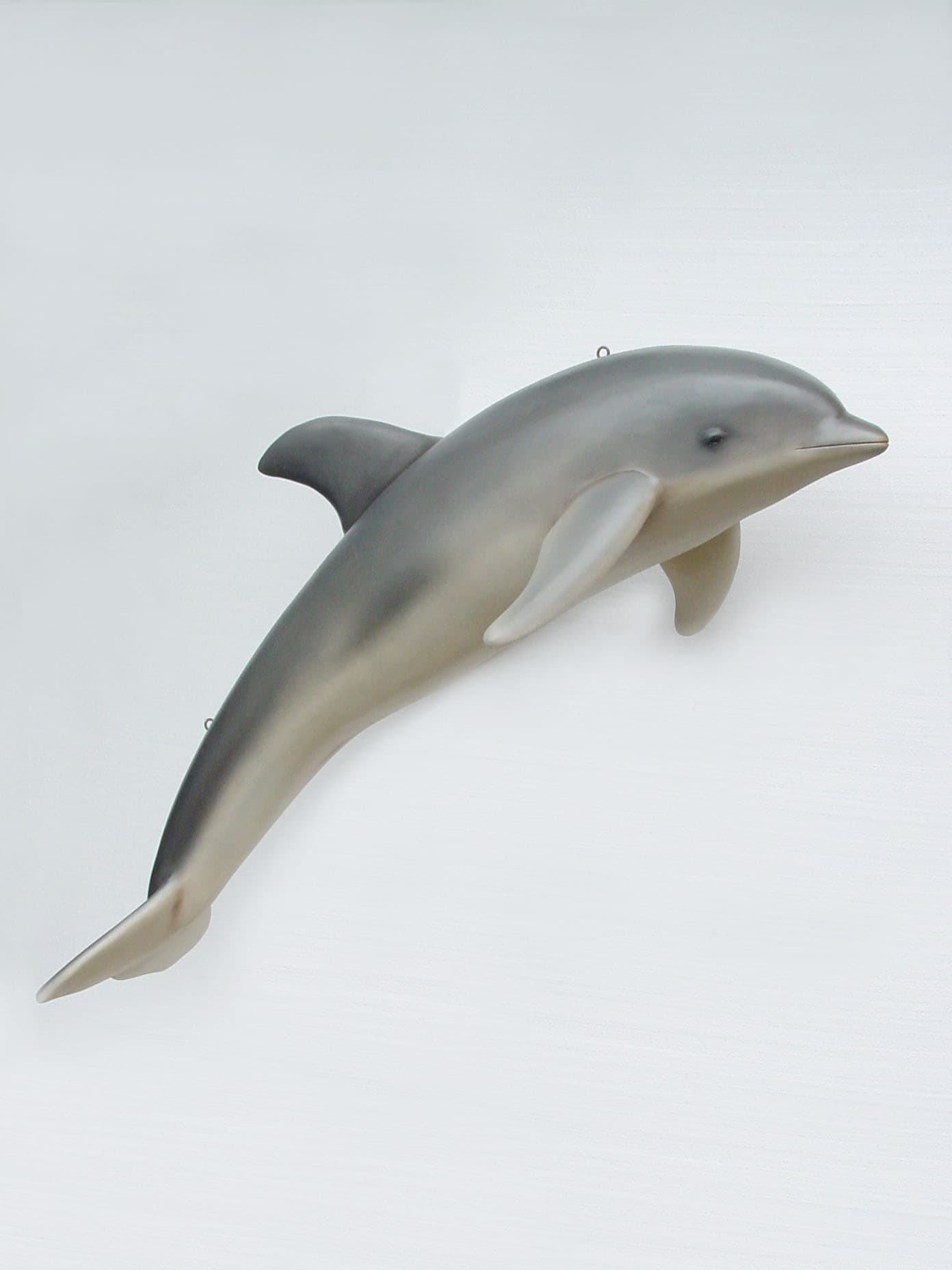 פסל של דולפין לתליה