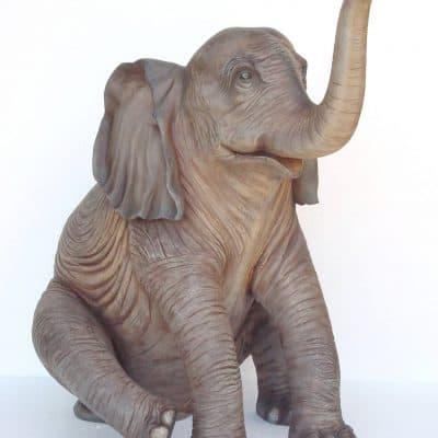 פסל של פיל יושב