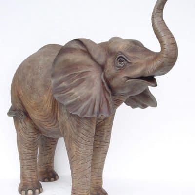 פסל של פיל עומד