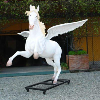 פסל של סוס עם כנפיים