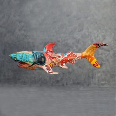 פסל של כריש בפופ ארט