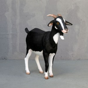 פסל של עז שחור לבן
