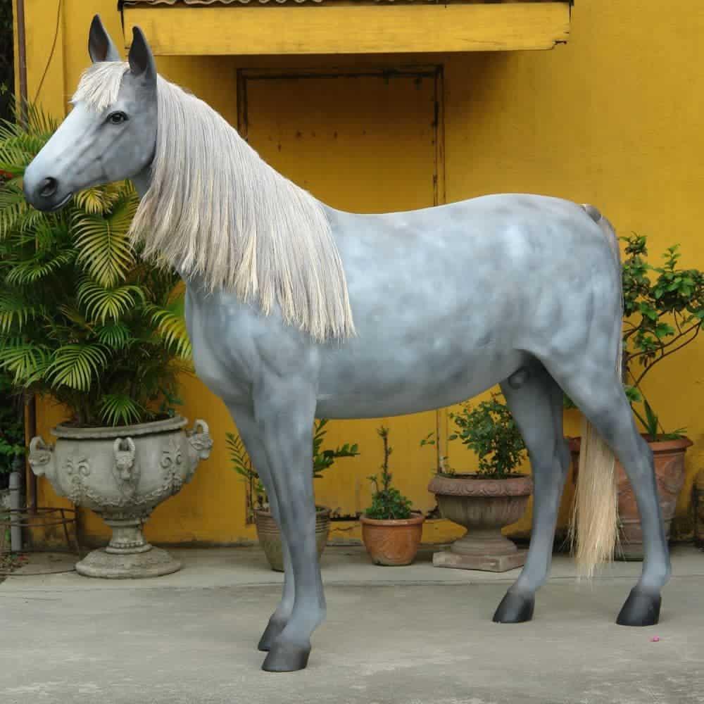 פסל של סוס בגודל אמיתי
