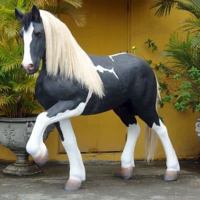 פסל סוס דוהר שחור לבן