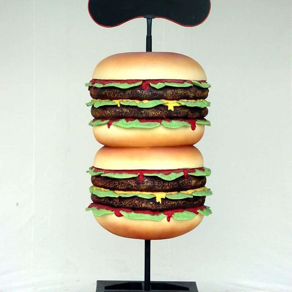 פסל של המבורגר כפול על עמוד