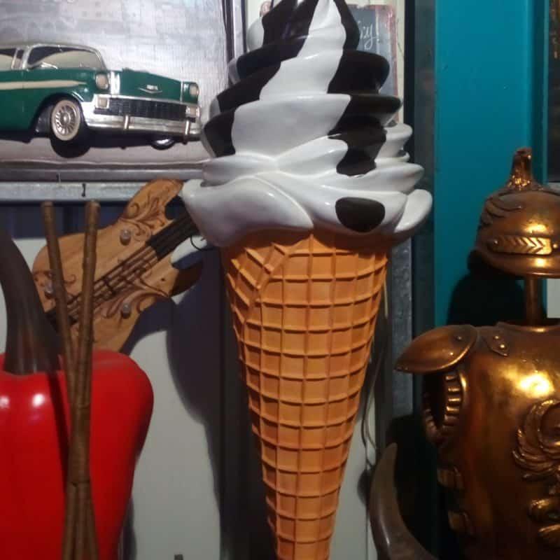 פסל של גביע גלידה שוקו וניל