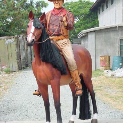 פסל קאובוי על סוס