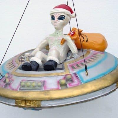 פסל חייזר על חללית