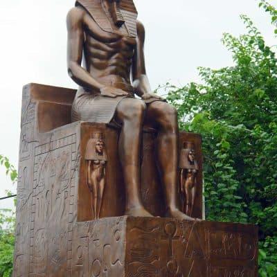 פרעה יושב