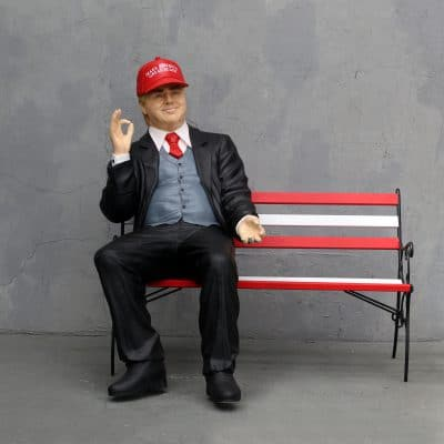 פסל של דונלד טראפ על ספסל