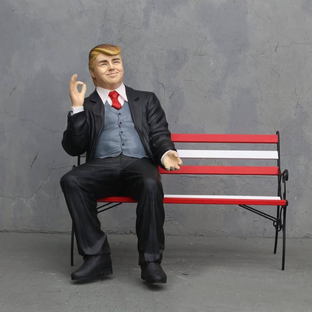 דונלד טראמפ על ספסל