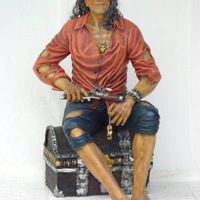 פסל פיראט על תיבת אוצר