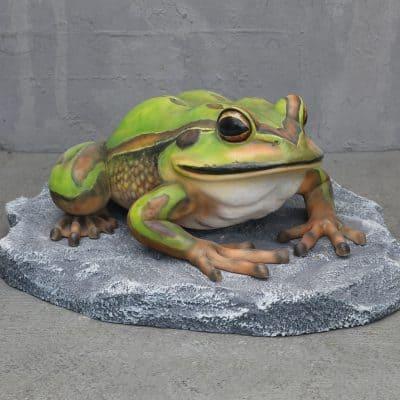 פסל צפרדע על אבן