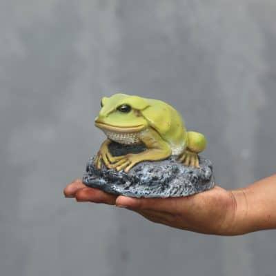 פסל צפרדע קטנה על אבן