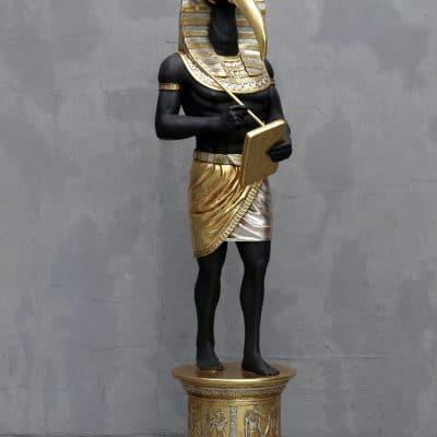 פסל של פרעון עם מקור