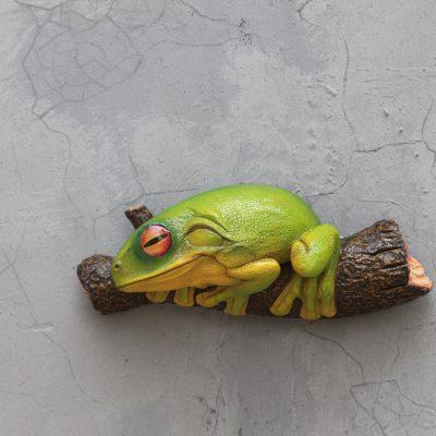 פסל צפרדע על גזע עץ