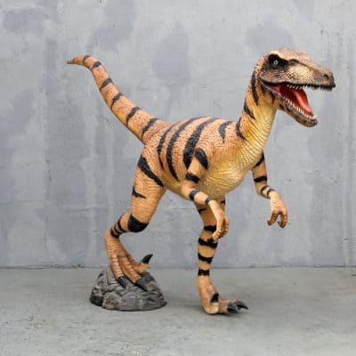 פסל של דינוזאור ולוצירפטור