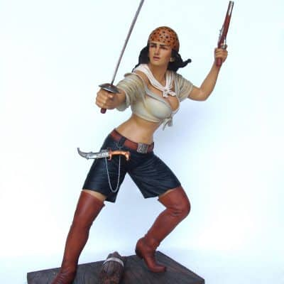 פסל של פיראטית עם חרב