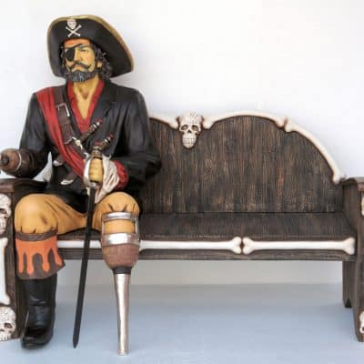 פסל פיראט על ספסל