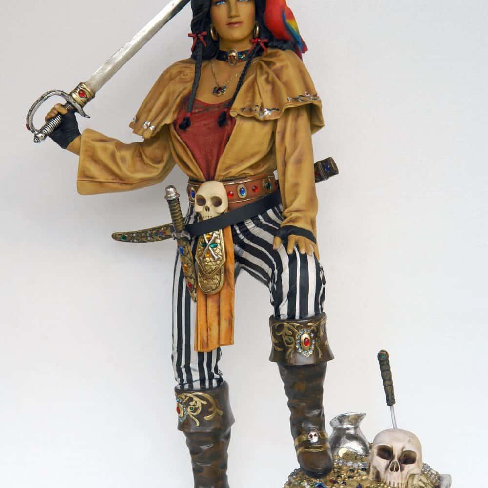 פסל פיראטית עם תיבת אוצר