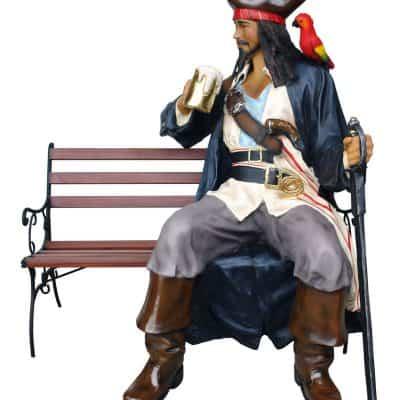 פסל פיראט יושב על ספסל