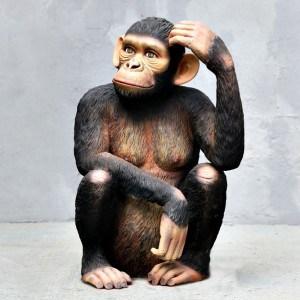 פסל של שימפנזה יושב