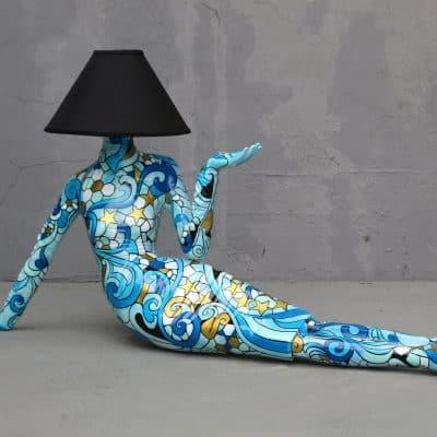 מנורה אישה שוכבת צבעונית