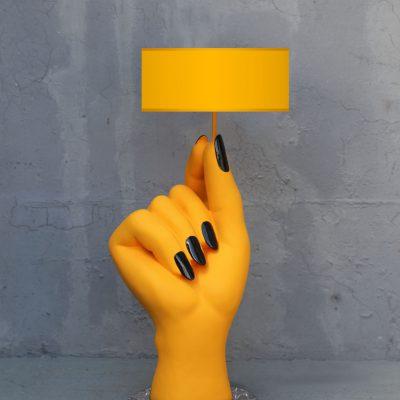מנורה עומדת בצורת יד צהובה