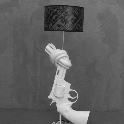 מנורת אקדח לבן גבוהה