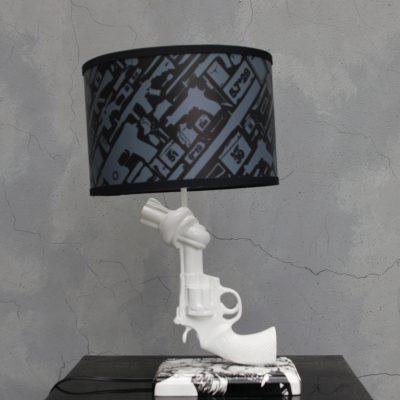 מנורת שולחן בצורת אקדח