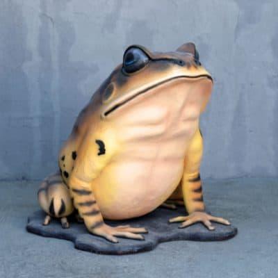 פסל צפרדע ענקית