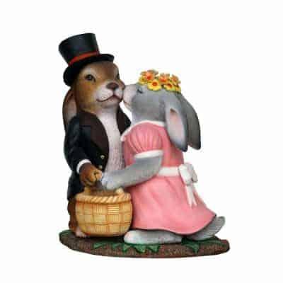 פסל של זוג ארנבים מתנשקים