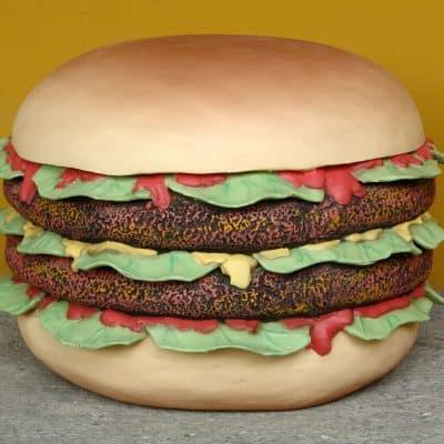 פסל של המבורגר כפול