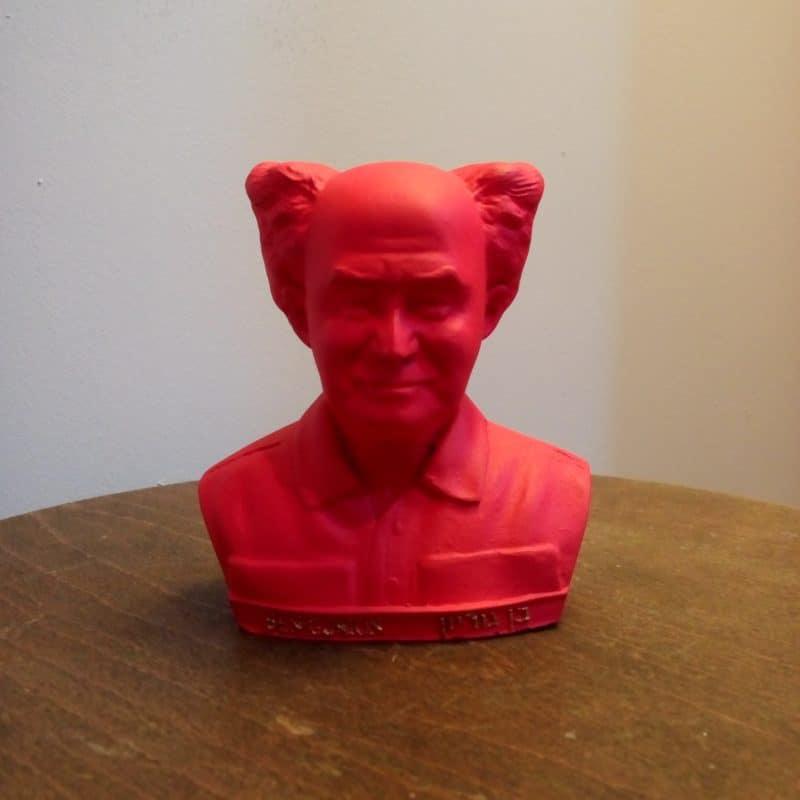 פסל ראש של בן גוריון אדום