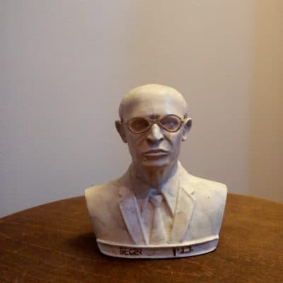 פסל ראש של מנחם בגין לבן