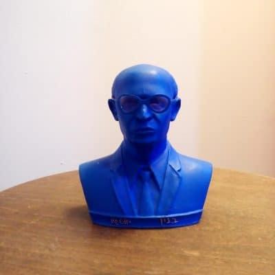 פסל ראש של מנחם בגין כחול