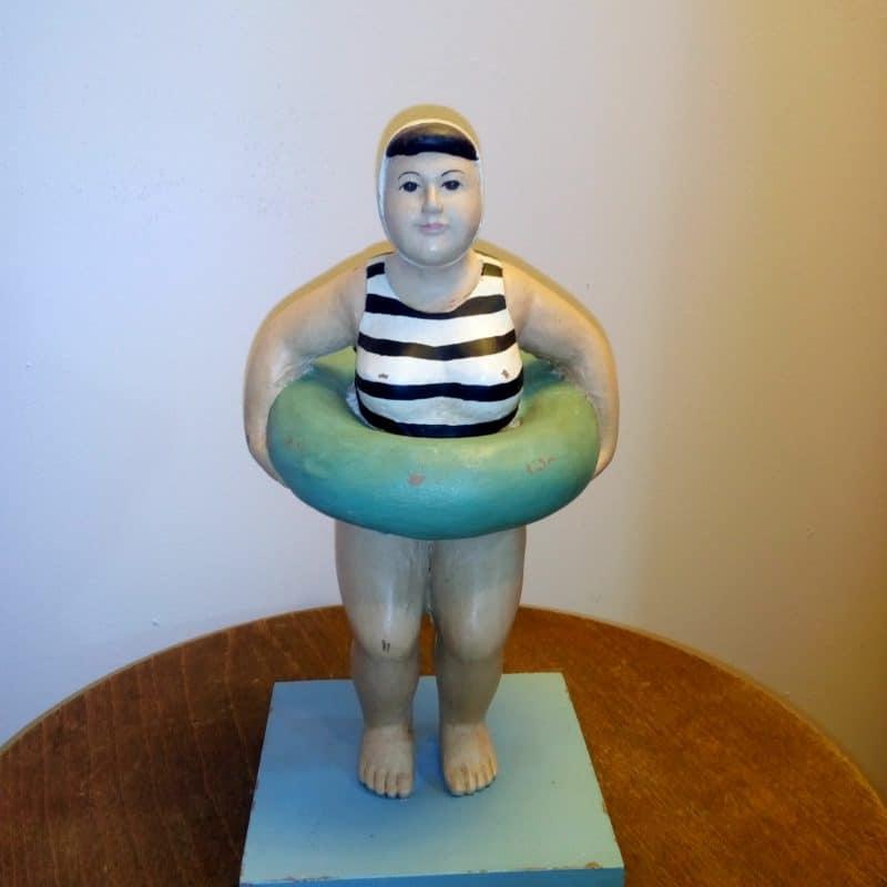 פסל אישה עם גלגל הצלה