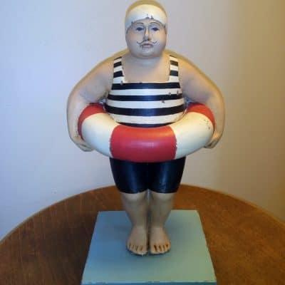 פסל איש עם גלגל הצלה