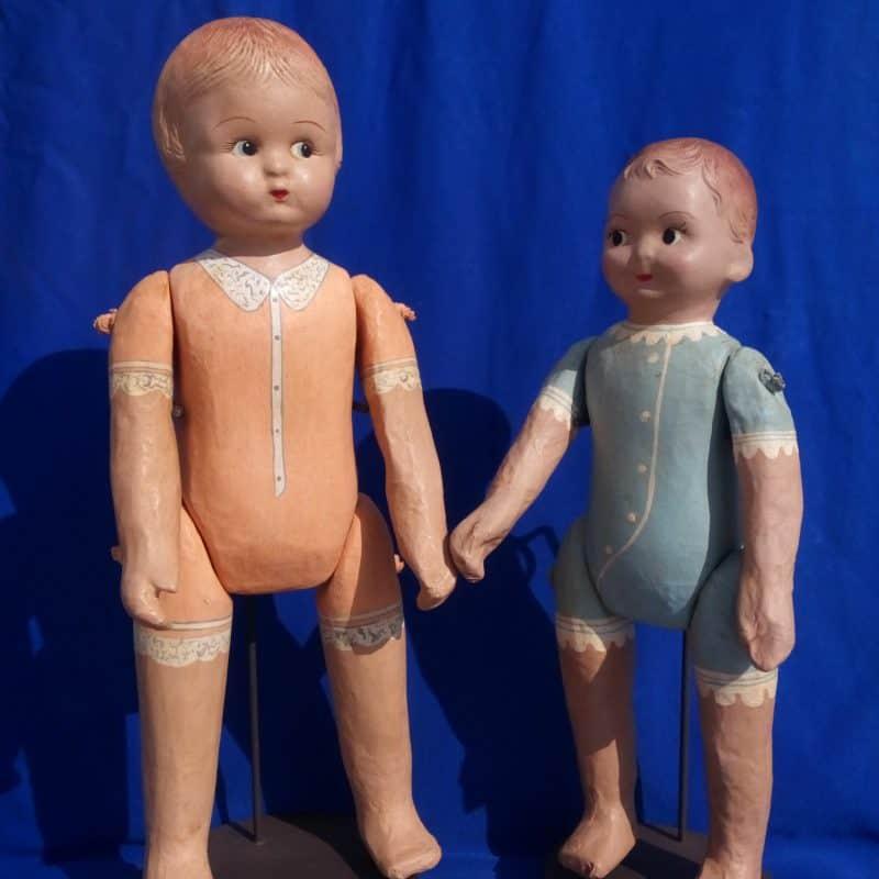 זוג בובות על עמוד