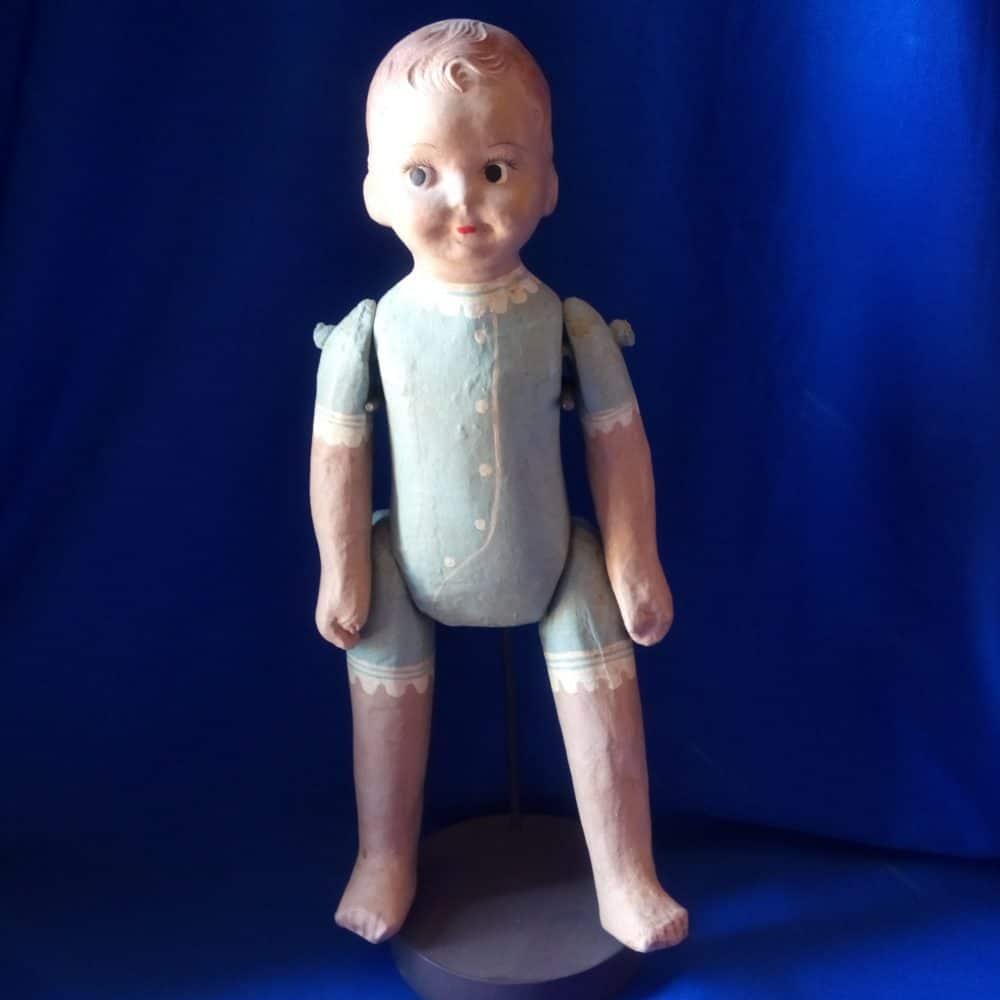 בובת תינוק רטרו על עמוד