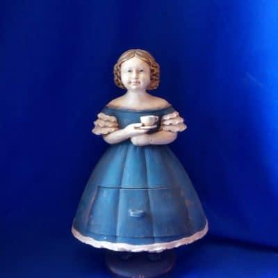 בובת מגירה כחולה עם ספל קפה
