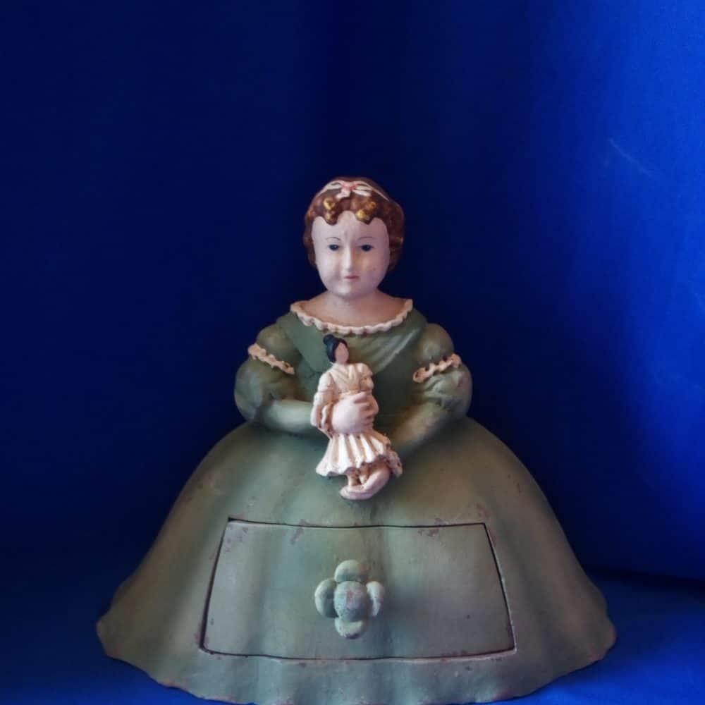 בובת מגירה ירוקה מחזיקה בובה
