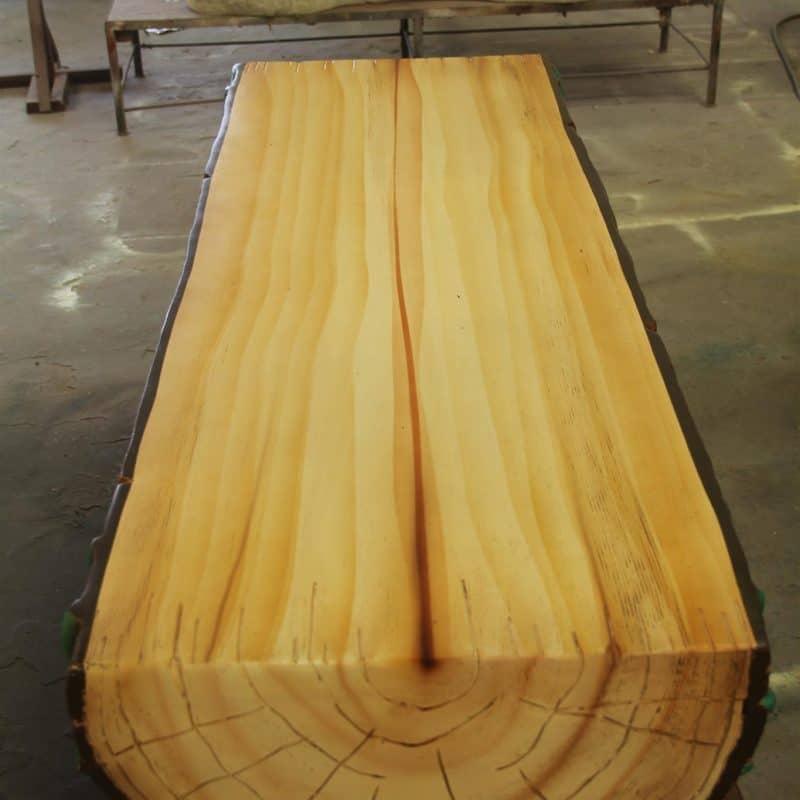 ספסל דמוי עץ מעוטר בעלים